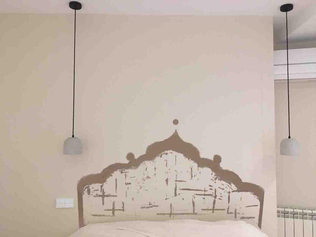 Boceto cabecero pintado sobre la pared