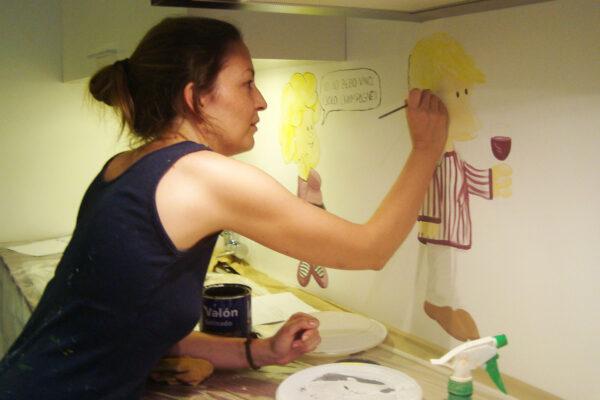 14.1 mural Paula Minguez pintando Mural cocina Mafalda